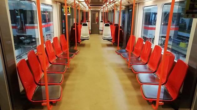 Dopravní podník (DPP) testuje nové plastové sedačky do metra na lince C