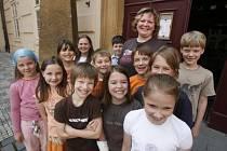 """Zachránci. Učitelka Malostranské základní školy se """"svými třeťáky"""", se kterými zachraňovala život neznámé ženě."""