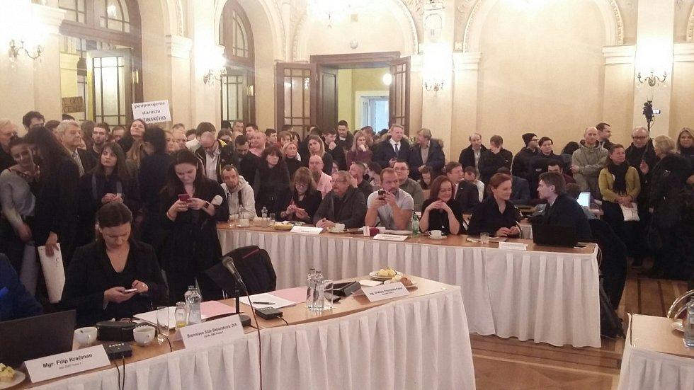 Vznik nové koalice My, co tady žijeme (STAN, KDU-ČSL, Iniciativa občanů) a dosud opozičních ODS, TOP 09 a ANO na Žofíně provázejí protesty občanů.