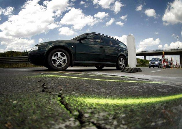Kvůli vysokým teplotám se na Pražském okruhu na sjezdu na Stodůlky vzedmul kus asfaltové silnice