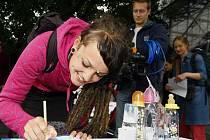Organizace Greenpeace uspořádala ve čtvrtek před budovou ministerstva zdravotnictví happening maminek a dětí za zákaz bisfenolu A v materiálu, z něhož se vyrábějí kojenecké lahve.