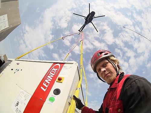 Na obchodním centru Park Hostivař  v pondělí probíhala výměna klimatizačních jednotek pomocí vrtulníku Mi- 8.