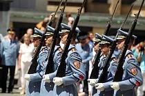 Hradní stráž ve středu 29. června oslavila Den ozbrojených sil přehlídkou motocyklů.