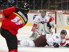 V prvním čtvrtfinále v Bernu se obrana Sparty činila, dostala jediný gól. Na snímku je brankář Tomáš Pöpperle a obránce Michal Barinka, blokující Anderssonův pokus.