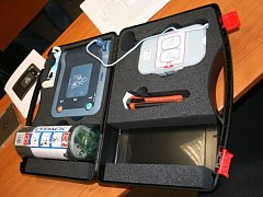 Automatický externí defibrilátor.