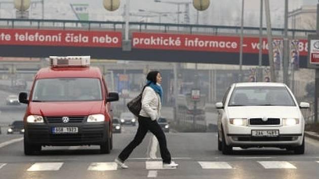 KRITICKÁ SITUACE. Ač si křižovatka Argentinské a Plynární ulice loni vyžádala dvě lidské oběti, zlepšení se dočkají chodci až za pět let.