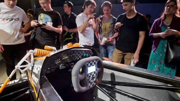 Studenti Fakulty elektrotechnické ČVUT v Praze slavnostně odhalili v úterý 5. května 2015 čtvrtou generaci studentské elektroformule týmu eForce FEE Prague Formula.