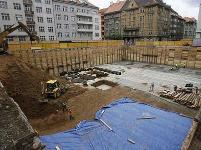 MÍSTO STAVENIŠTĚ PROSTOR K ODDECHU. Za týden se lidem představí nově opravený prostor mezi ulicemi Kafkova a Wuchterlova. Pod zemí bude 106 parkovacích míst.