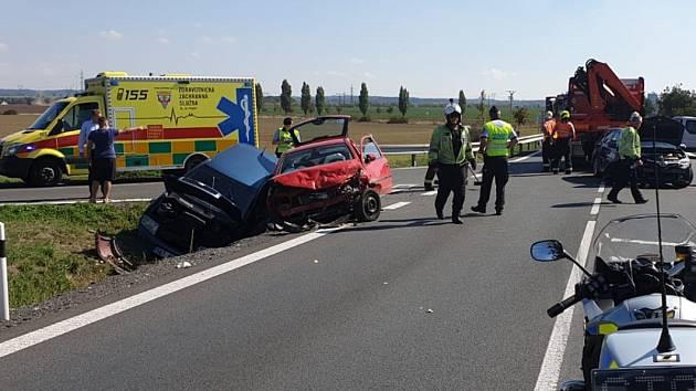 Dopravní kolaps v Uhříněvsi kvůli havárii vody ještě zhoršila nehoda tří aut.