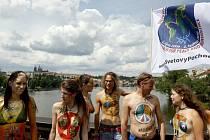 Do půli těla nazí a namalovaní mladí lidé prošli 21. června Prahou v rámci celosvětového pochodu za mír.