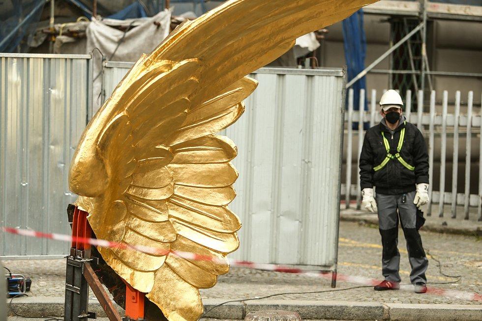 Instalace restaurovaných zlatých křídel na budovu Hlavního nádraží proběhla ve středu 7. dubna.