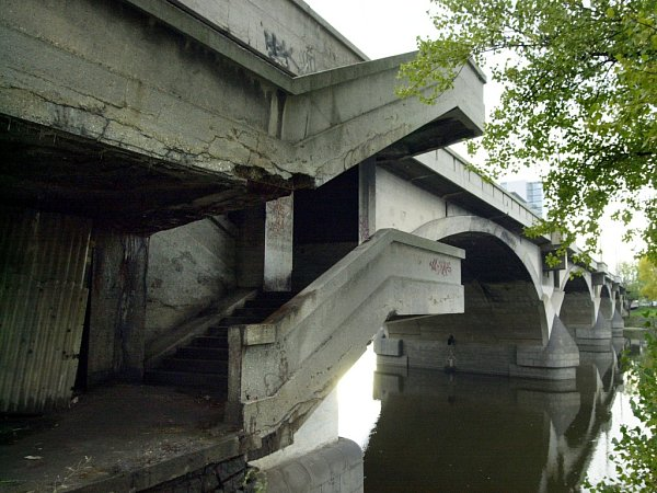 Západní strana Libeňského mostu je rovněž silně zvětralá, starý beton se odlupuje čím dál častěji.