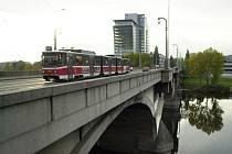Libeňský most vypadá z dálky jako stále dobře funkční objekt. Zblízka už je realita jiná, což dokazuje tramvajová doprava, kdy se na mostě nesmí dvě vlakové soupravy potkat.