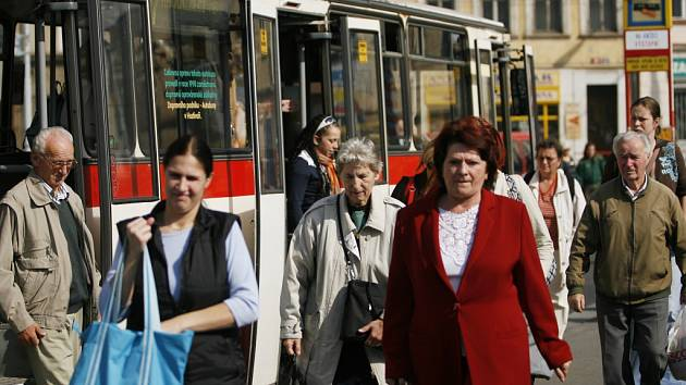 Cestující MHD. Ilustrační foto.