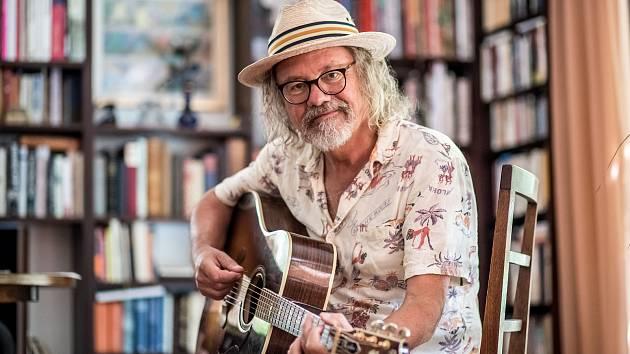 Rockový hudebník a skladatel, frontman skupiny Žlutý pes oslavil sedmdesáté narozeniny.