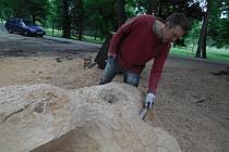 Sochař Michal Sedlák při výrobě laviček, které byly instalovány u Malé říčky v pražském parku Stromovka.