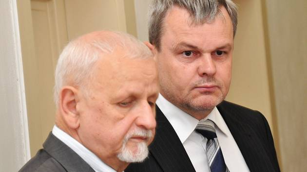 Z korupčního jednání se u Obvodního soudu pro Prahu 1 zpovídal někdejší ředitel ministerstva pro místní rozvoj Vladislav Koval (s pruhovanou kravatou). Na snímku s advokátem Eduardem Brunou.