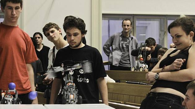 Posluchárna elektrotechnické fakulty v pátek 9. prosince 2011 odpoledne opět ožila zurčením motůrků malých robotů. Po pondělní středoškolské robosoutěži se zde konalo finálové klání mezi nejúspěšnějšími týmy studentů katedry.
