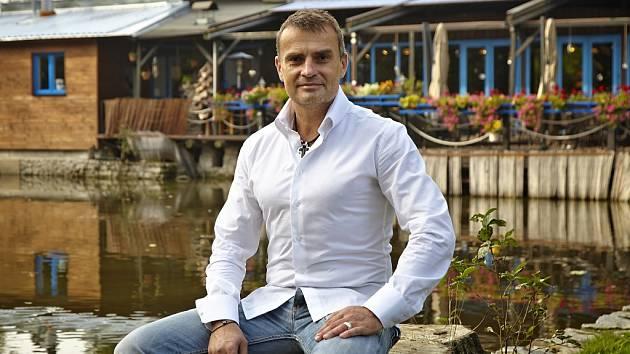 Majitelem Hliněné bašty v Průhonicích je Hynek Vávra.