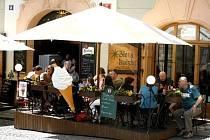 Pokles tržeb zaznamenávají i restaurace a obchody poblíž centra. Svůj podíl na tom má silná česká koruna.