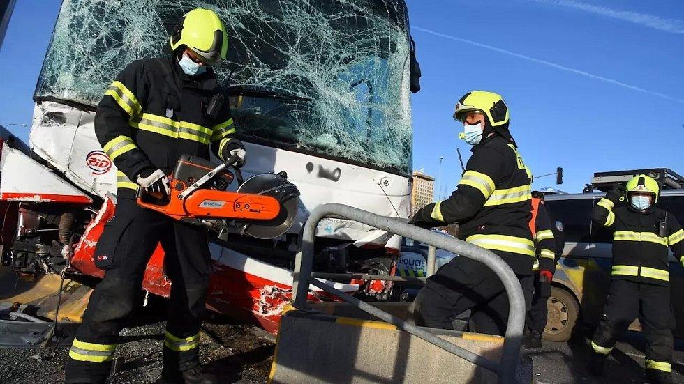 Nehoda autobusu a sanitky na pražském Opatově.