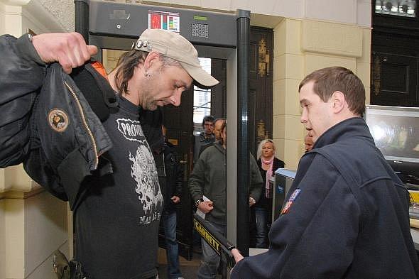 Zproštění obžaloby se v úterý u odvolacího senátu Městského soudu v Praze dočkalo 15 squatterů, který předloni v září obsadili chátrající a opuštěný objekt bývalých lázní na pražském Albertově.