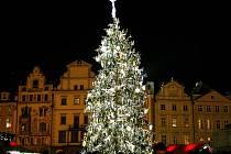 Tradiční vánoční strom, který tentokrát pochází z Kladenska, byl rozsvícen 26. listopadu na Staroměstském náměstí v Praze.