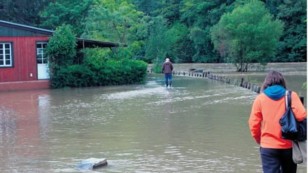 ROZVODNĚNÁ BEROUNKA. Středočeský kraj nyní připravuje studii protipovodňových opatření, která zahrnuje i možné způsoby ochrany obcí u Berounky.