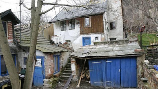 JAKOU MÁ BUDOUCNOST? Spolu s dalšími dvěma zachovalými sousedy čeká tento domek rekonstrukce. Pokud půjde všechno podle plánů investora, za tři roky by tu měly přibýt i další stavby.