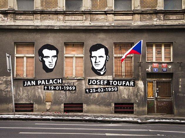Neoficiální památník designéra Otakara Duška studentu Janu Palachovi a faráři Josefu Toufarovi na bývalém Borůvkově sanatoriu v Legerově ulici v Praze, kde oba muži zemřeli.