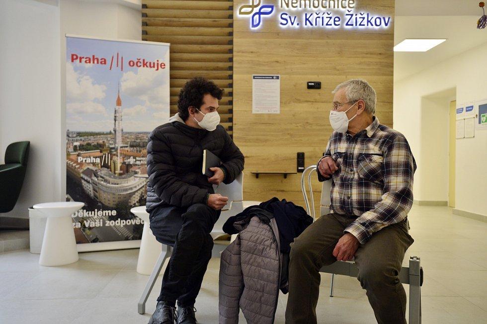 O očkování v Nemocnici sv. Kříže Žižkov je velký zájem. reportér Jan Prokeš při rozhovoru s Milanem Pluhařem.