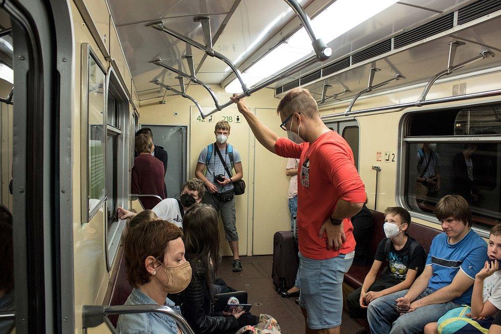 Historická souprava metra na trase C.