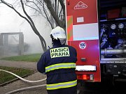 Požár chaty v Čakovické ulici na Praze 9.
