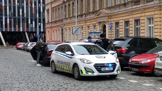 Mladíci odmítli zaplatit pokutu na místě za jízdu v protisměru.