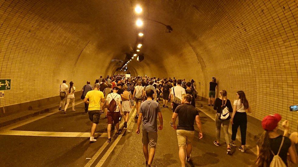 Lidé míří Letenským tunelem na demonstraci