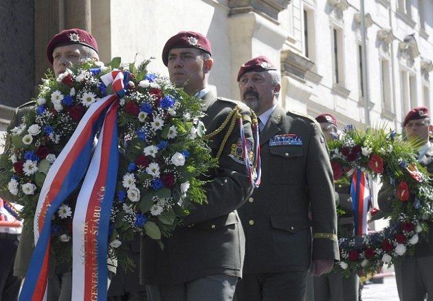 Atentátníci na říského protektora Reinharda Heydricha mají nový památník v Resslově ulici před kostelem.