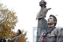 Autory pomníku jsou sochař Milan Knobloch a architekt Jiří Lasovský.