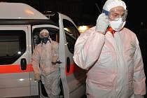 Rozsáhlé cvičení záchranných složek ovládlo v noci na středu nejen pražské metro, kde se ve stanici Anděl odehrál simulovaný útok sarinem v rukou teroristů. Zapojila se také Thomayerova nemocnice přebírající figuranty představující zasažené osoby.