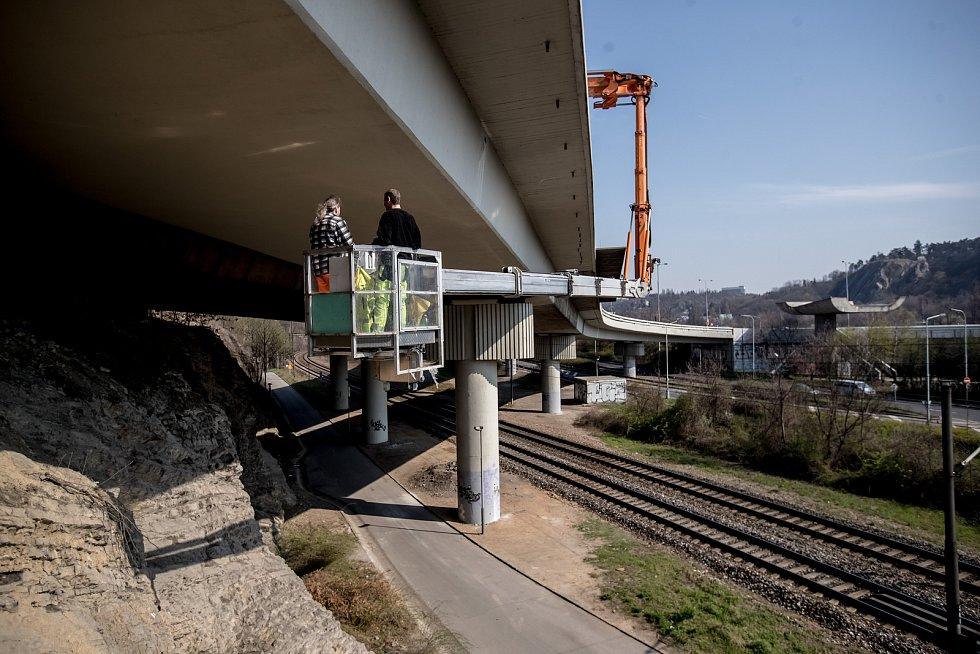Práce na diagnostice Barrandovského mostu.