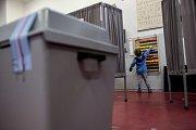 Voliči volili 5. října během prvního dne voleb do zastupitelstev obcí a senátních voleb v Praze. ZŠ Truhlářská