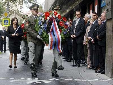 Uctít památku padlých při srpnové okupaci 1968 přišli lidé před budovu Českého rozhlasu.