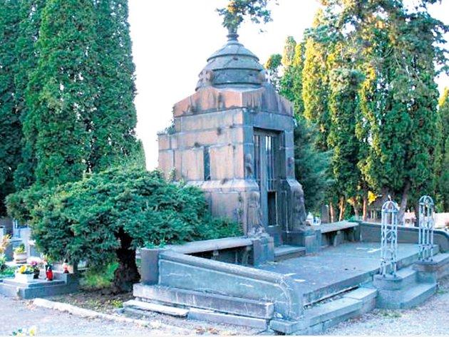 HAVARIJNÍ STAV hrobky architekta Eduarda Sochora nutí město k rekonstrukci.