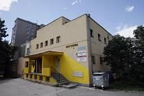 Ubytovna v Mochovské ulici v pražském Hloubětíně, kde byl 12. srpna ve večerních hodinách nalezen odložený pětidenní chlapeček.