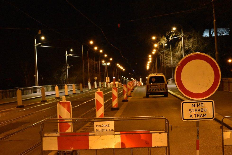 Zatěžovací zkoušky Libeňského mostu 14. března 2020.