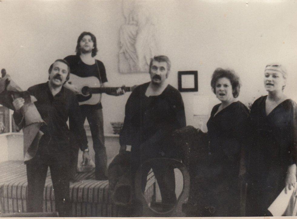 Pavel Kohout, Vlastimil Třešňák, Pavel Landovský, Vlasta Chramostová v představení bytového divadla Play Macbeth v roce 1978.
