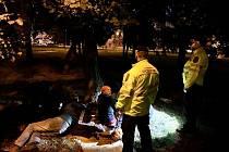 Žižkov řeší problémy s bezdmovci. Starosta Jiří Ptáček (TOP 09) vyrazil na noční hlídku se strážníky městské policie.