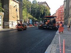 Rekonstruovaná ulice Husitská na pražském Žižkově pomalu dostává novou tvář. Termín dokončení je 25. listopadu.