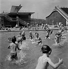 Významné sportovní centrum. Pro veřejnost byl plavecký stadion otevřen 26. října 1965 a od té doby se nedočkal téměř žádných změn. Návrh architekta Richarda Podzemného je totiž nadčasovým a vysoce efektivním řešením.