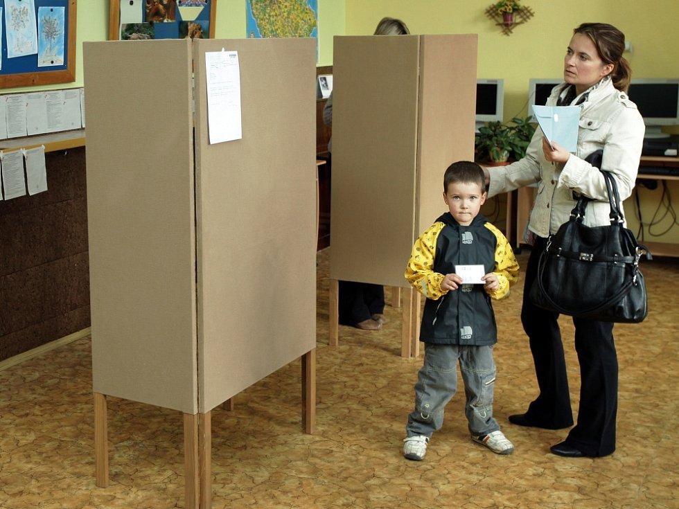 Volby do Poslanecké sněmovny 25. října v ZŠ Jarov, Praha 3 Žižkov.