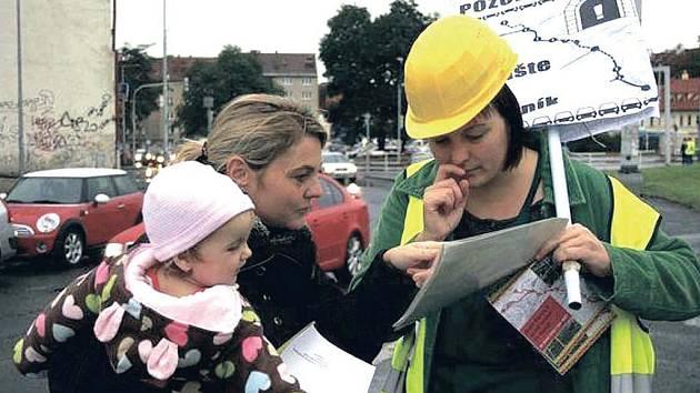 HAPPENING. Členové občanských iniciativ seznamovali kolemjdoucí s dopady stavby.